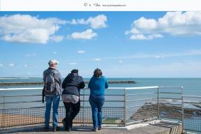 St Gilles Croix de Vie - Des touristes admirent la rade depuis la corniche de Boisvinet