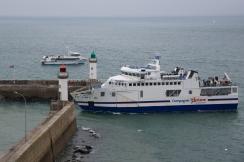 Le navire de liaison Vindilis entre dans le port du Palais